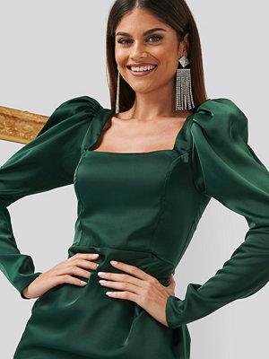 Chloé B x NA-KD Square Neck Puff Sleeve Dress grön