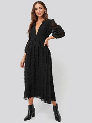 NA-KD Boho V-Shape Flowy Puff Sleeve Dress svart