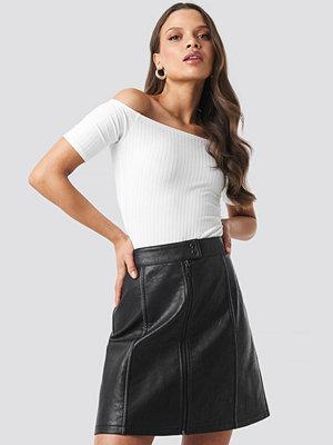 NA-KD Trend Contrast Seam A-line Pu Skirt svart