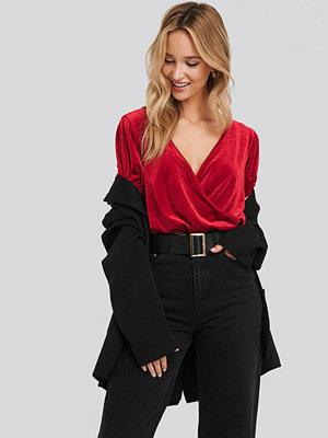 NA-KD Party Overlap Puff Sleeve Velvet Top röd