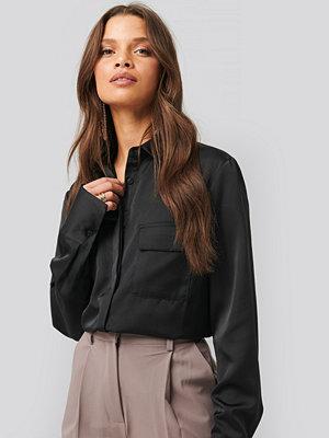 NA-KD Trend Shiny Pocket Shirt svart
