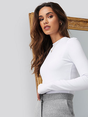 Romy x NA-KD Turtle Neck Cropped Top vit