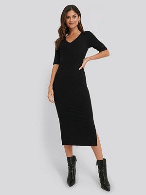 NA-KD Basic Ribbed V-Neck Jersey Midi Dress svart