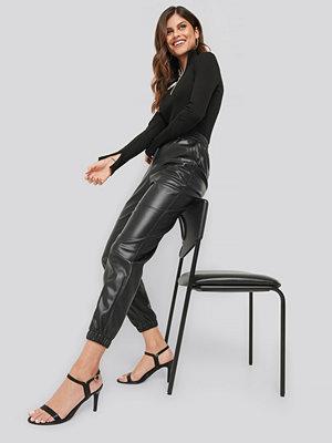 Ivana Santacruz x NA-KD svarta byxor Faux Leather Jogger Pants svart