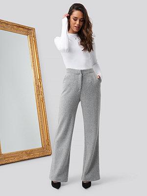 Romy x NA-KD Flare Leg Pants grå byxor