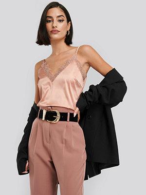 NA-KD Party Plain Lace Singlet rosa