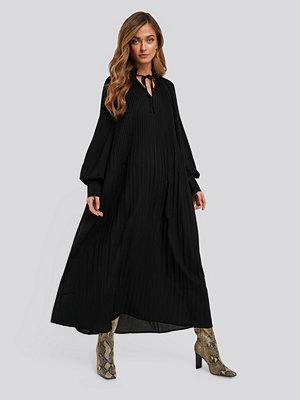 NA-KD Trend Tie Neck Pleated Dress svart