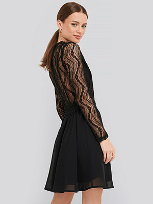 NA-KD Boho Lace Anglaise LS Mini Dress svart