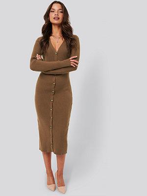 Tina Maria x NA-KD Ribbed Knitted Midi Dress brun