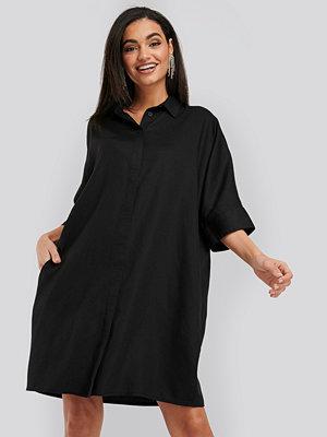 NA-KD Tencel Boxy Short Sleeve Dress svart