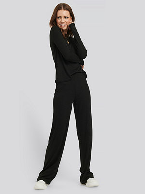 NA-KD Basic svarta byxor Soft Ribbed Wide Basic Pants svart