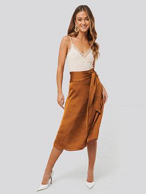 Kjolar - Anna Skura x NA-KD Tie Waist Satin Skirt orange