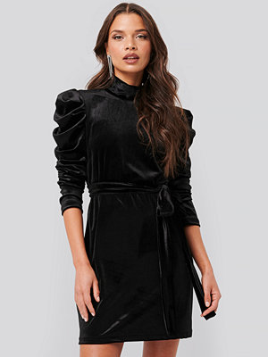 Tina Maria x NA-KD Puffy Sleeve High Neck Velvet Dress svart