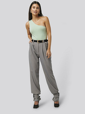 NA-KD Trend Closure Suit Pants grå byxor