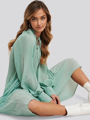 NA-KD Trend Tie Neck Pleated Dress grön