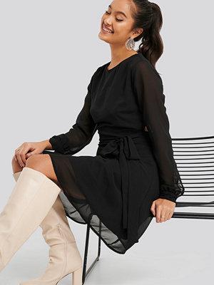 NA-KD Cut Out Back Chiffon Mini Dress svart