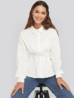 NA-KD Classic Gathered Waist Shirt vit