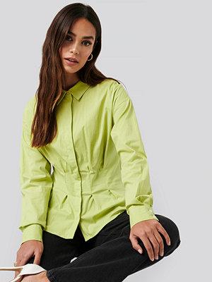 Skjortor - NA-KD Classic Gathered Waist Shirt grön