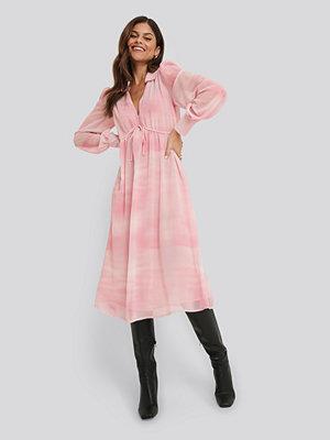 NA-KD Trend Sheer Midi Dress rosa