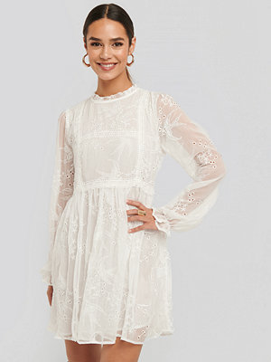 NA-KD Boho Frill Neck Embroidery Dress vit
