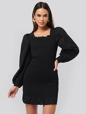 NA-KD Trend Smocked Mini Dress svart