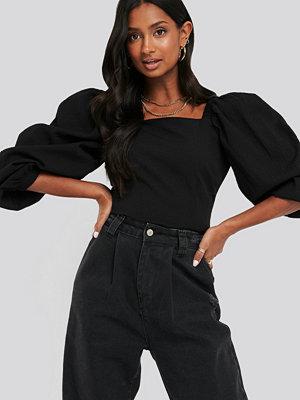 NA-KD Trend Cinched Waist Puff Sleeve Blouse svart