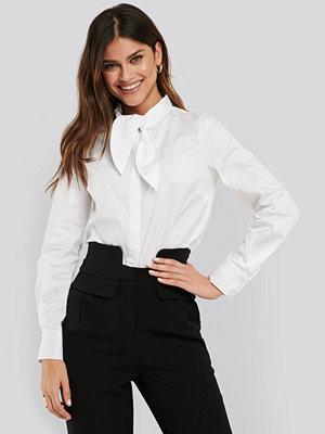 NA-KD Classic Tie neck Shirt vit