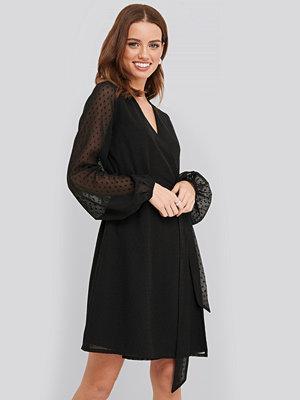 NA-KD Swiss Dot Overlap Dress svart