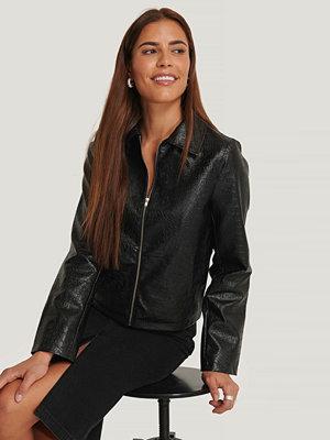 NA-KD Trend PU Reptile Zip Jacket svart