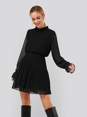 NA-KD Plisserad Klänning Med Elastisk Midja svart