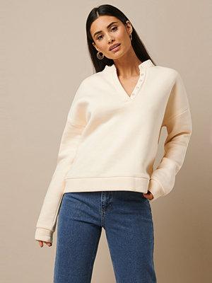 Nicki x NA-KD Button Sweatshirt vit