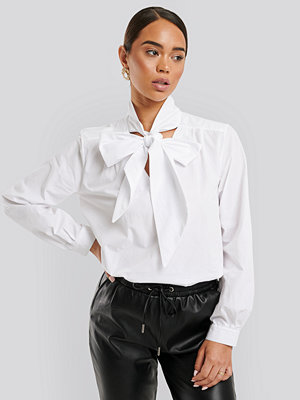 NA-KD Classic Pussy Bow V-neckline Shirt vit