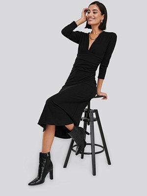 NA-KD Deep V Waist Detail Dress svart