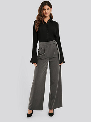 NA-KD Classic D-ring Belted Suit Pants grå byxor