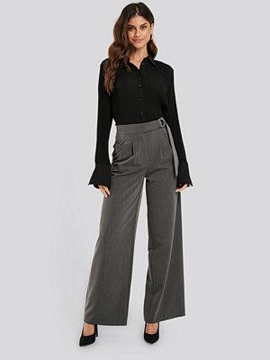 NA-KD Classic mörkgrå byxor D-ring Belted Suit Pants grå