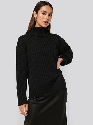 Tina Maria x NA-KD Oversized Ribbed Knitted Sweater svart