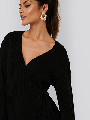 AFJ x NA-KD Ribbed Overlap Tie Sweater svart