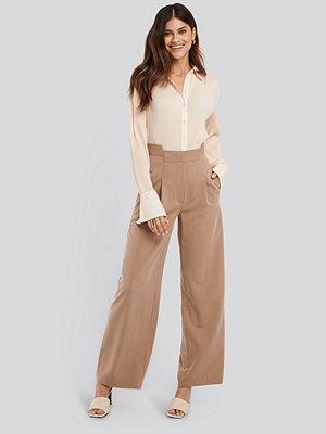 NA-KD Trend Asymmetric Waist Pants beige byxor