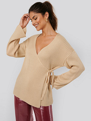 Cardigans - AFJ x NA-KD Ribbed Overlap Tie Sweater beige