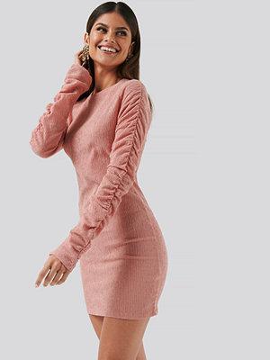 NA-KD Party Twisted Sleeve Dress rosa
