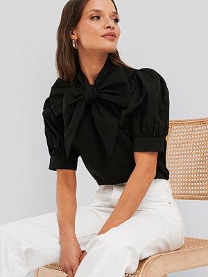NA-KD Trend Puff Short Sleeve Pussy Bow Shirt svart
