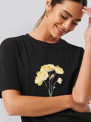 NA-KD Trend Line Flower Printed Tee svart