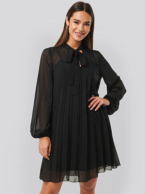 NA-KD Tie Neck Pleated Mini Dress svart