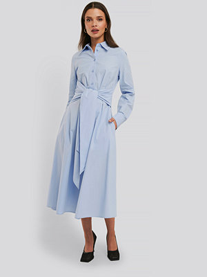 NA-KD Trend Tie Front Shirt Dress blå