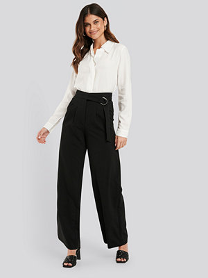 NA-KD Classic svarta byxor D-ring Belted Suit Pants svart
