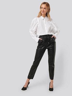 NA-KD svarta byxor Drawstring PU Seam Detail Pants svart