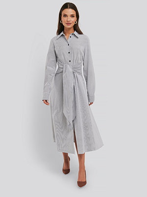 NA-KD Trend Tie Front Shirt Dress grå