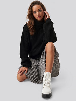 NA-KD Trend Knitted Turtle Neck Sweater svart