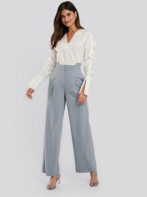 NA-KD Trend grå byxor Asymmetric Waist Pants blå