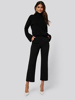 AFJ x NA-KD svarta byxor High Waist Pleat Pants svart